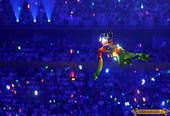 """漫天繁星飘落,聚拢成闪闪发光的梦幻五环。""""飞天""""翩翩而至簇拥奥运五环。"""