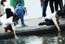 """西湖被游客当""""洗手池"""" 劝阻无人理会"""