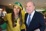 高清图:哥伦比亚总统身着球衣观战 拥抱布拉特