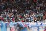 高清:2016F1中国站正赛 多车弯道竞速胎印惹眼