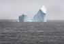 """巨大冰山漂到加拿大小镇 民众扎堆""""看山"""""""