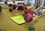 组图:男篮积极备战奥运 郭少认真进行垫上训练