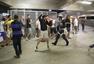 前方图:球迷间发生冲突 警察用警棍击打闹事者