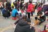 """安徽""""高考工厂""""学生为抢时间路边吃午饭"""