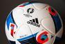 高清:2016欧洲杯用球登堂 法兰西之翼炫彩夺目