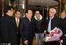 里皮率国足教练组抵达长沙 获赠鲜花受欢迎(图)