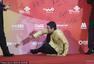 北京电影节闭幕红毯 《寻子记》主创坐地签名