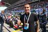 高清图:卡希尔助威F1中国赛 合影赛车竖大拇指