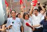 组图:朱婷家中聚集众人 放鞭炮齐庆祝女排夺冠