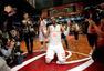 高清图:哈达迪兴奋庆祝夺冠 双膝跪地双手指天