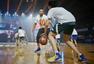 高清图:库里中国行 与丁宁打乒乓教小球员篮球
