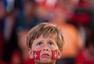 高清图:小正太面露忧伤 阳光瑞士美女红衣红唇
