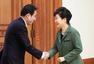 """从""""选举女王""""变""""跛脚鸭"""" 朴槿惠何去何从?"""