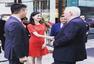 章泽天与刘强东对视超恩爱 穿红裙气质佳