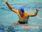 2009年10月27日,第十一届全国运动会进行了男子水球决赛,广东队(蓝帽)8比6胜上海队(白帽)获...