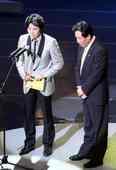 胡雪桦颁金爵奖最佳音乐奖,卢炯羽上台领奖。