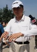 搜狐娱乐讯 央视著名播音员罗京的追悼会正在进行 冯巩、蒋大为、陈铎前来送行。(前方报道组)