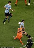 北京时间7月7日凌晨2点30分,第19届南非世界杯展开首场半决赛争夺。在开普敦绿点球场,乌拉圭队与荷...