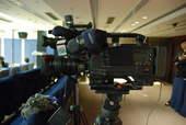 8月22日,发布会上记者们的摄像设备。搜狐体育 原生猪/摄