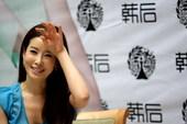 """搜狐新韩线讯 """"雪七""""李泰兰昨日再度来华,现身北大为代言的化妆品品牌做宣传,身穿蓝色短裙,高雅大方。"""