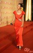 余男长裙亮相PK杨紫琼,高挑身材走红毯。