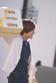 凭借KBS《花样男子》人气上升的金贤重最近拍摄了炸鸡广告。10日拍摄的是金贤重开着摩托车前往派对现场...