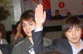 2009年4月24日讯,上海,韩国F4花样美男金俊前天(4月22日)参加完韩国服装设计师安德烈金的时...