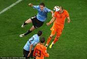 北京时间7月7日凌晨2点30分,第19届南非世界杯展开首场半决赛争夺。在开普敦绿点球场,乌拉圭队与...
