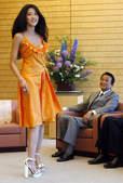 2009年5月15日,日本首相麻生太郎当日在东京首相官邸会见了2009日本环球小姐宫坂绘美里。 宫...
