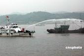 6月10日,浙江省温州市海洋渔业、边防、海警等部门在洞头海域联合举行渔业船舶海上救助演习。演习现场模...
