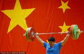 2010年11月5日,中国北京,中国女子举重队备战广州亚运会,进行实战训练。