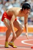 8月18日,刘翔在参加奥运会110米栏第一轮比赛中受伤退出。
