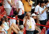 8月23日,杜伊科维奇(站立者)准备观看比赛。新华社/摄