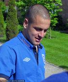 2010年6月2日,伦敦,深陷转会传言的乔科尔在英格兰国家队的酒店外为球迷签名。