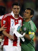 北京时间7月4日凌晨2点30分,2010南非世界杯第4场1/4决赛开战。在约翰内斯堡的埃利斯公园球场...