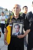 搜狐娱乐讯 央视著名播音员罗京的追悼会今日在八宝山举行,一大早就有许多群众自发的来到现场,送别一代名...