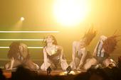 首次在九展举行大型音乐会的HotCha,以性感形象和舞蹈员大跳辣身舞,黎美言(Winkie)狂跳至衣...