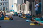 8月16日,澳大利亚队员在奥运村楼下做放松训练,许多队员伴随高山流水的音乐声入睡。搜狐体育 京津/摄