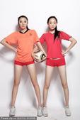 """2010年7月9日讯,北京,""""巅峰""""啦啦队队员拍摄写真预演世界杯巅峰对决,斗牛士美女叫板橙衣靓妞。"""