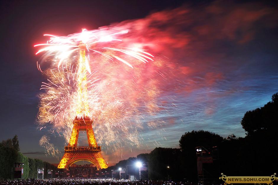 巴黎铁塔ppt背景图