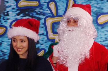 娱乐图片库 抢圣诞老人礼物董璇戴圣诞帽子变调皮